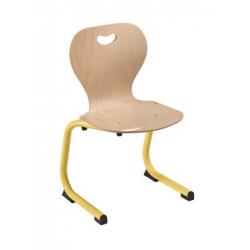 Chaise coque bois appui sur table