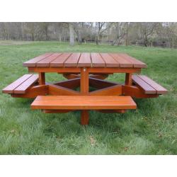 Table avec 4 bancs attenants en bois résineux teinté acajou doré